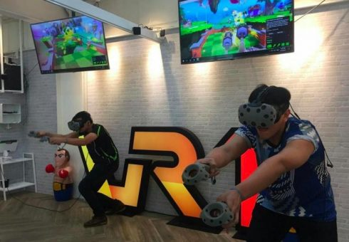 Seru ! Game VR disajikan Untuk Para Pelanggan Cafe