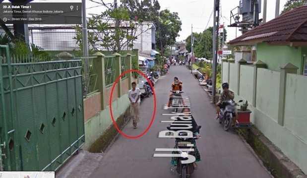 Foto Lucu Google Street View Merogoh Daleman